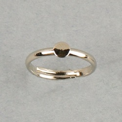 Adjustable ring with Ø 4mm flat base. Nickel plated.