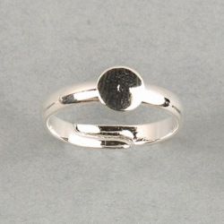 Adjustable ring with Ø 6mm flat base. Nickel plated.